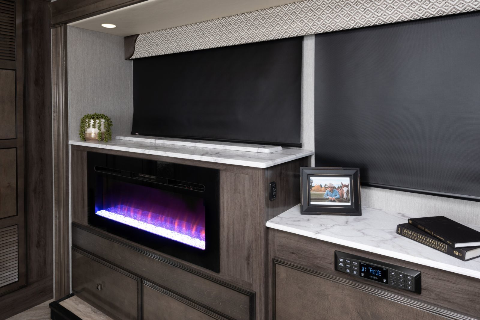 Fortis 32RW Manhattan décor with Greystone cabinetry