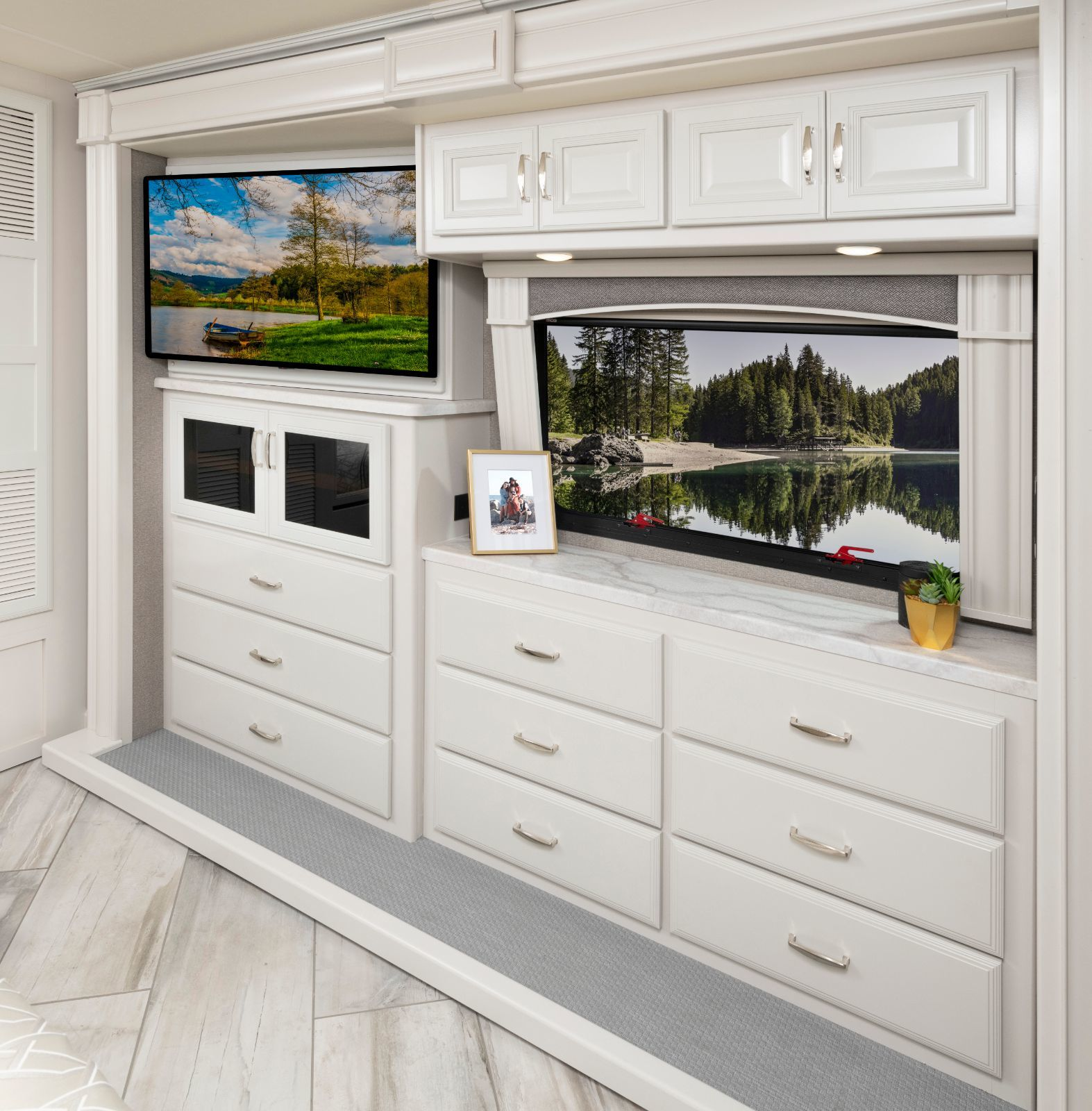 Discovery 38F Ridgeland Taupe Decor with Heritage Cabinetry