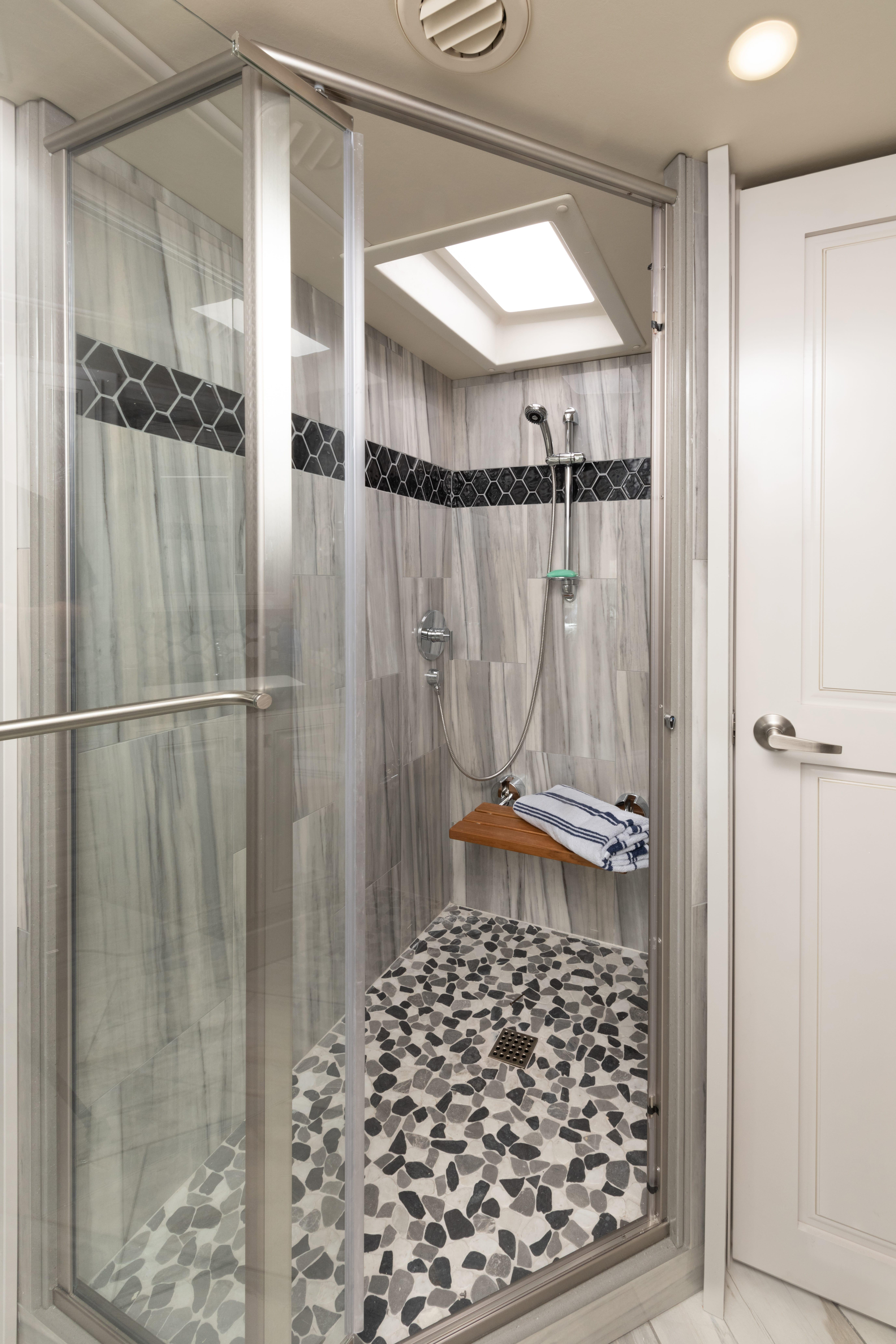 21 shower Discovery LXE44 S sign WF MY22 2557