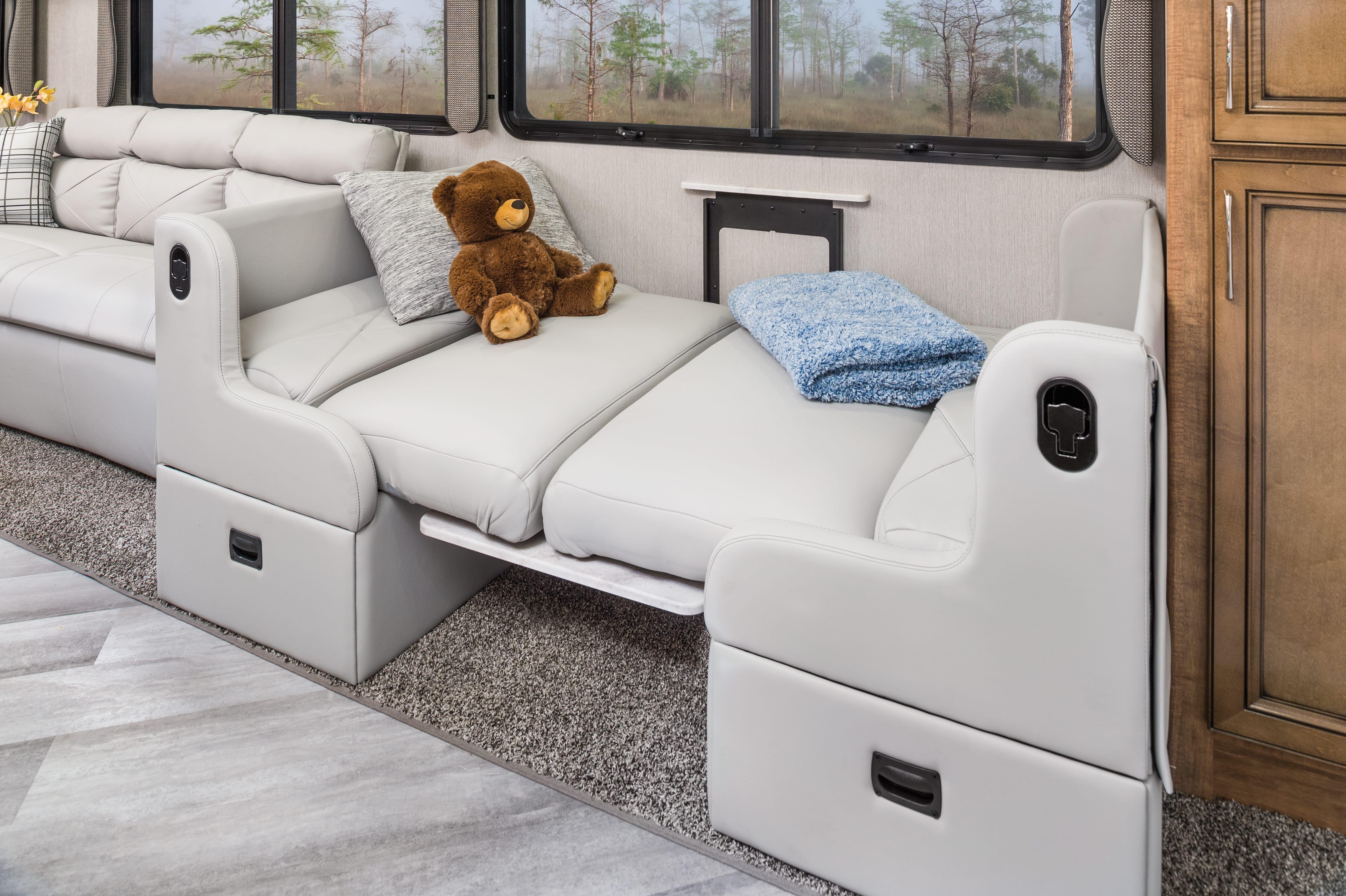3 dinette BED Bounder33 C MY22 Quicksilver E Chestnut0932 min