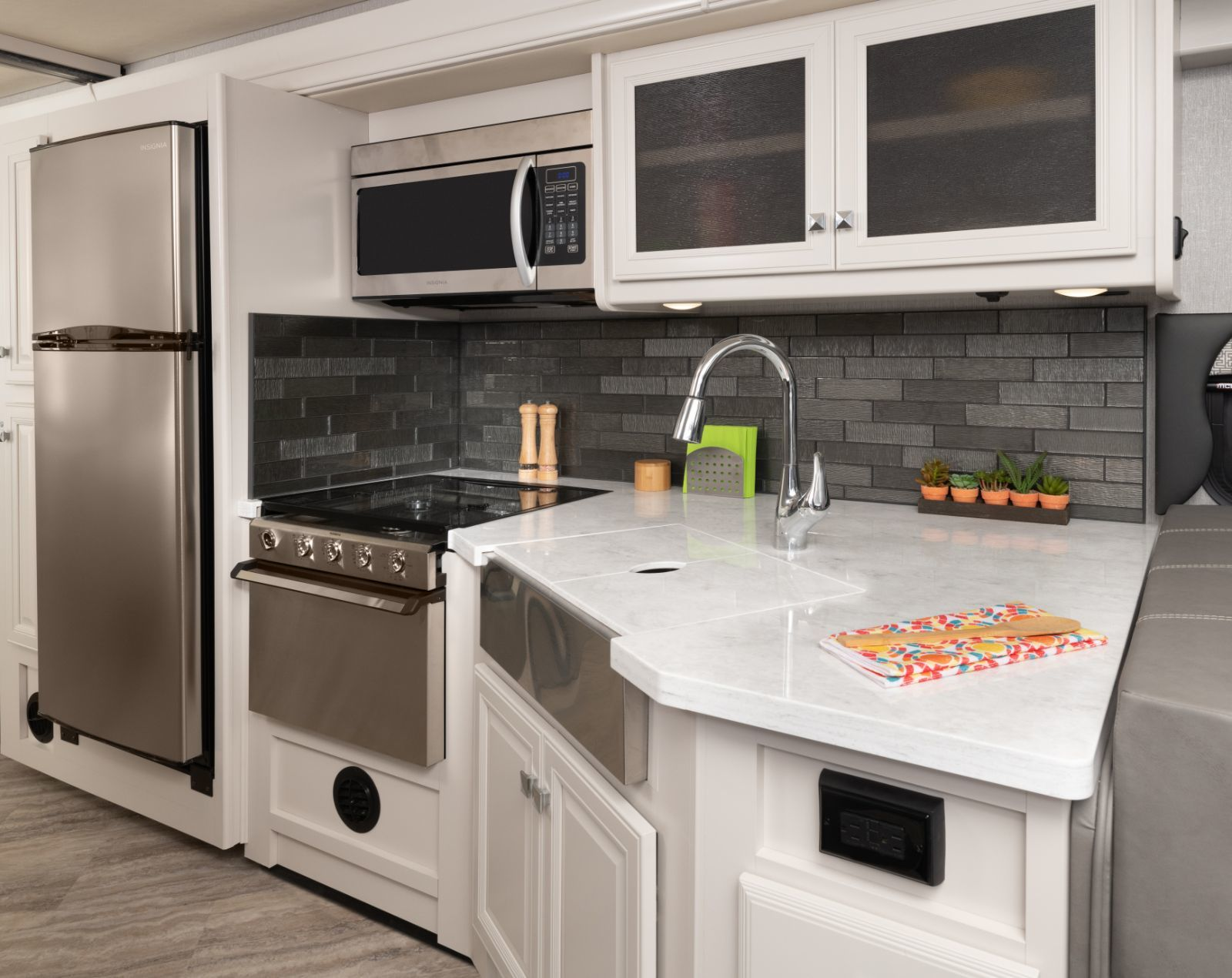 Fortis 32RW Midtown décor with Heritage cabinetry