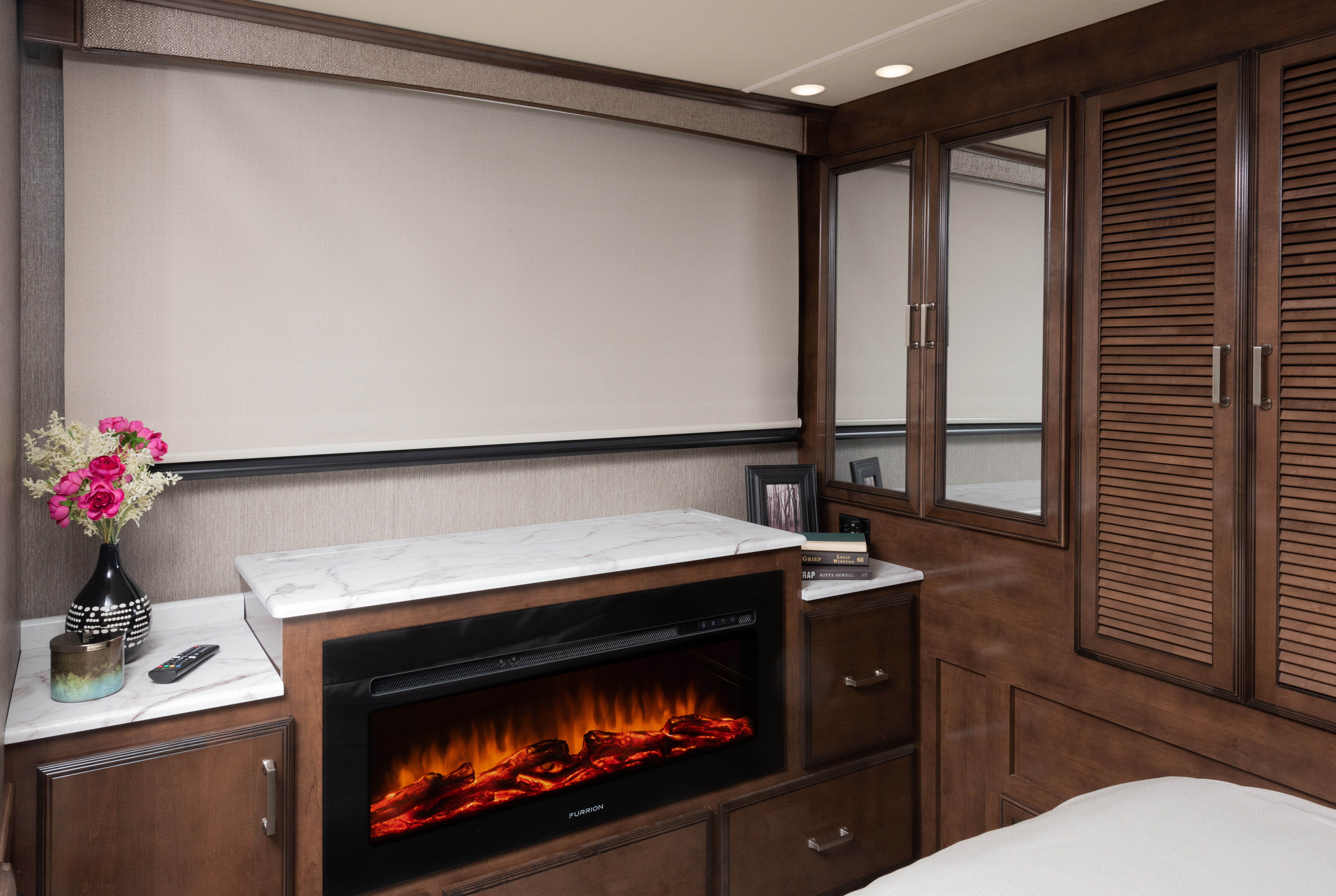 Pace Arrow 33D Vapor Decor with Oxford Cabinetry