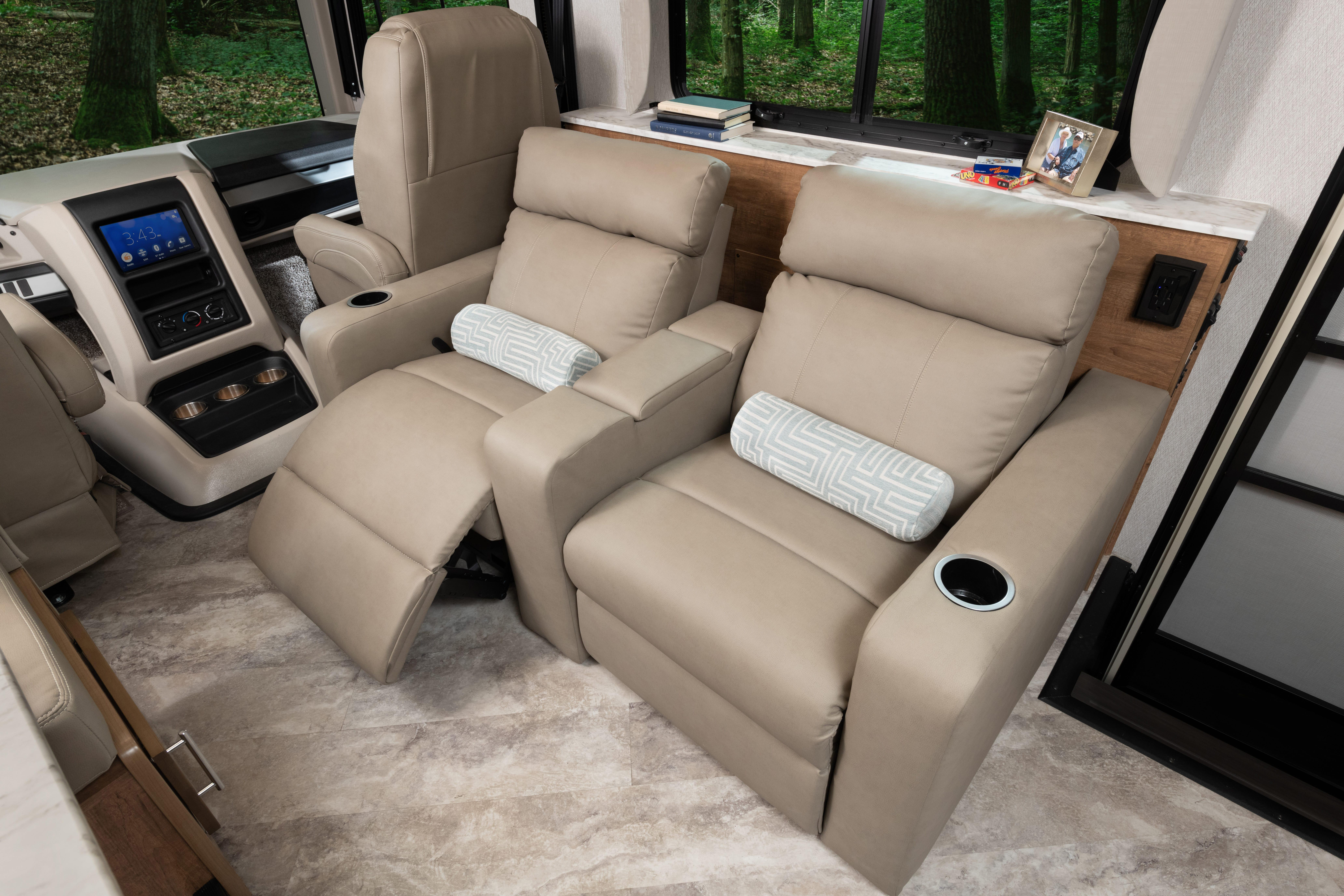 8 theatreseat INTERIOR Fortis 33 HB Outerbanks Eng Chest MY22 7574open