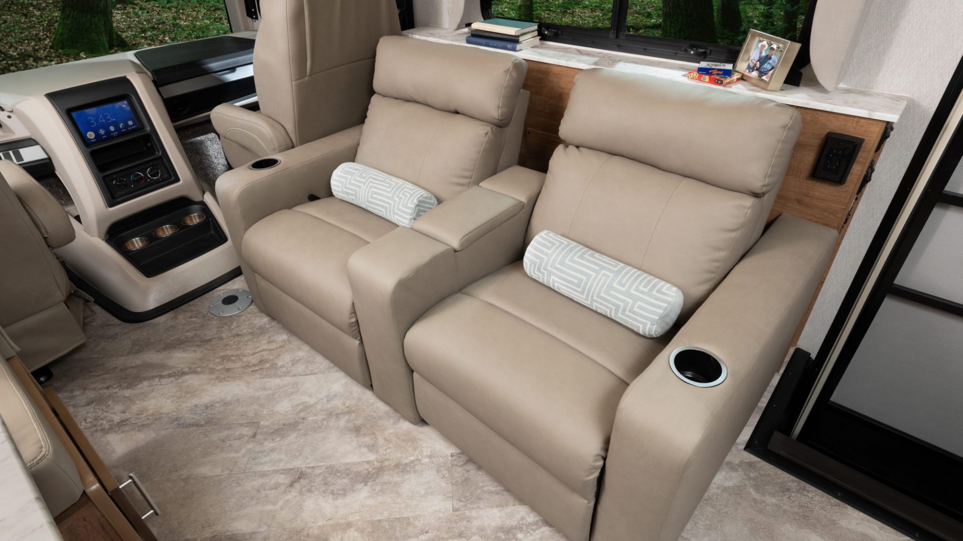 7 theatreseat INTERIOR Fortis 33 HB Outerbanks Eng Chest MY22 7574closed