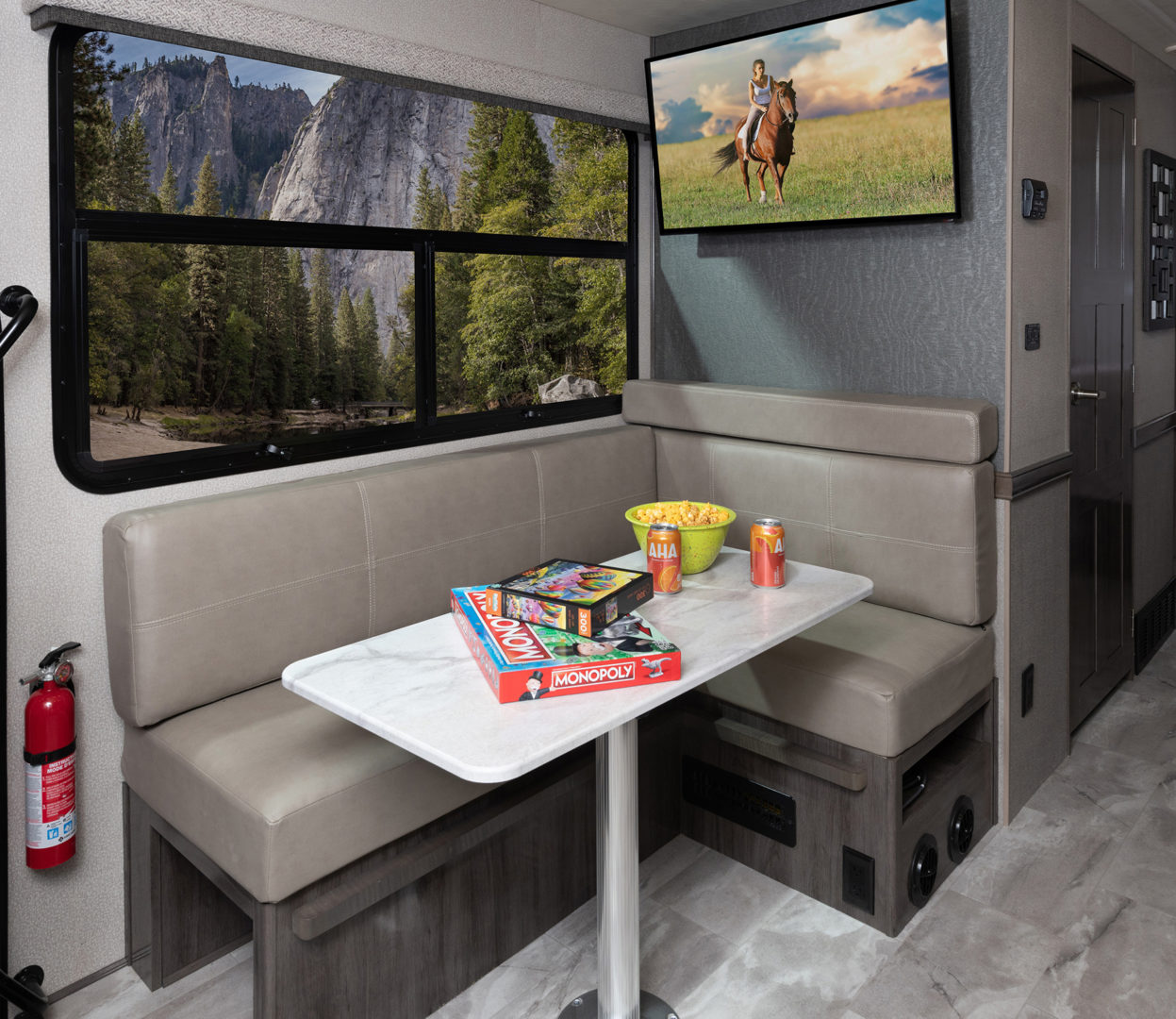 2 Dinette Admiral29 M Moonscape whiswind514 tv1 MY21